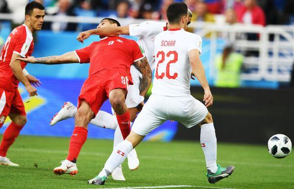Нападающий сборной Сербии Александар Митрович и швейцарский полузащитник Фабиан Шер (Слева направо)