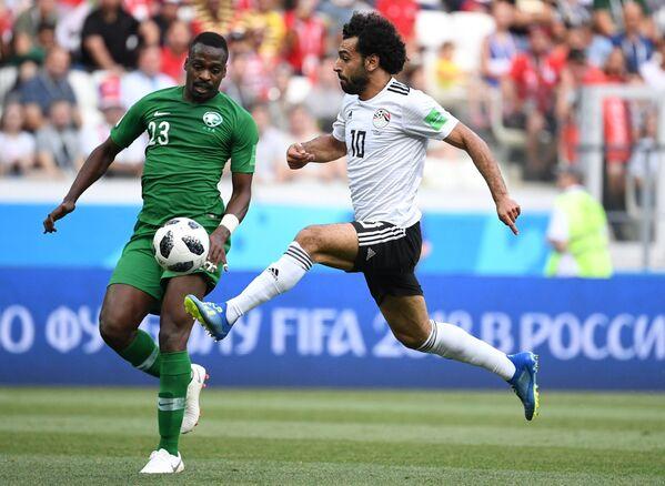 Хавбек сборной Саудовской Аравии Мутаз Хавсави и форвард сборной Египта Мохамед Салах (слева направо)
