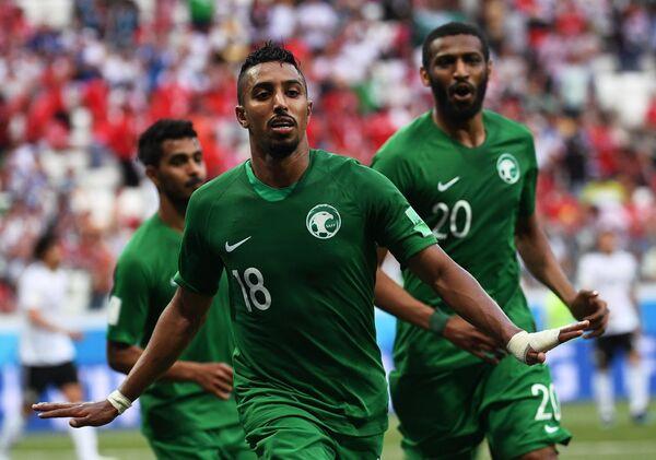 Хавбек сборной Саудовской Аравии Салем Аль-Досари радуется забитому голу