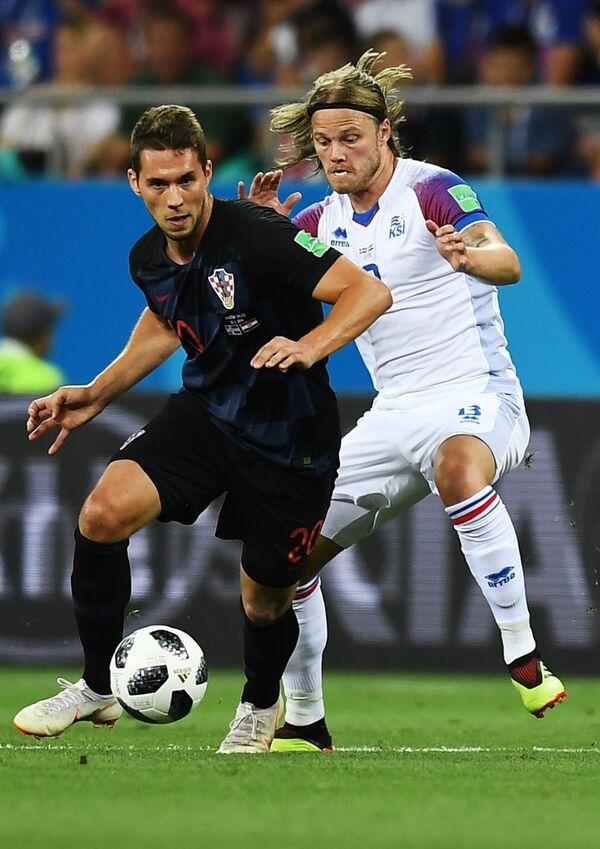 Нападающий сборной Хорватии Марко Пьяца и полузащитник сборной Исландии Биркир Бьярнасон (слева направо)
