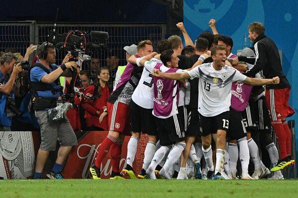 Футболисты сборной Германии радуются забитому мячу