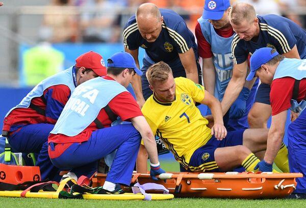 Медики оказывают помощь Себастьяну Ларссону (Швеция)