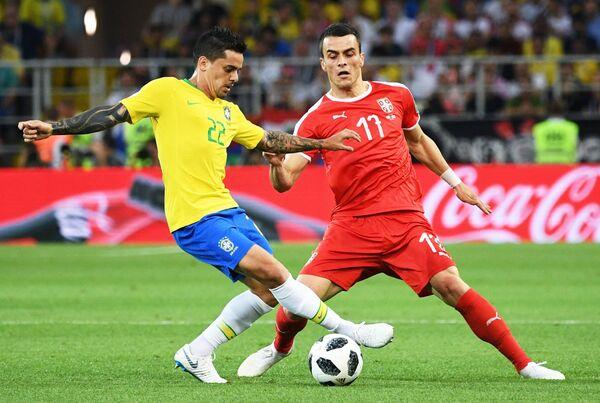 Защитник сборной Бразилии Фагнер и вингер сербов Филип Костич (Слева направо)
