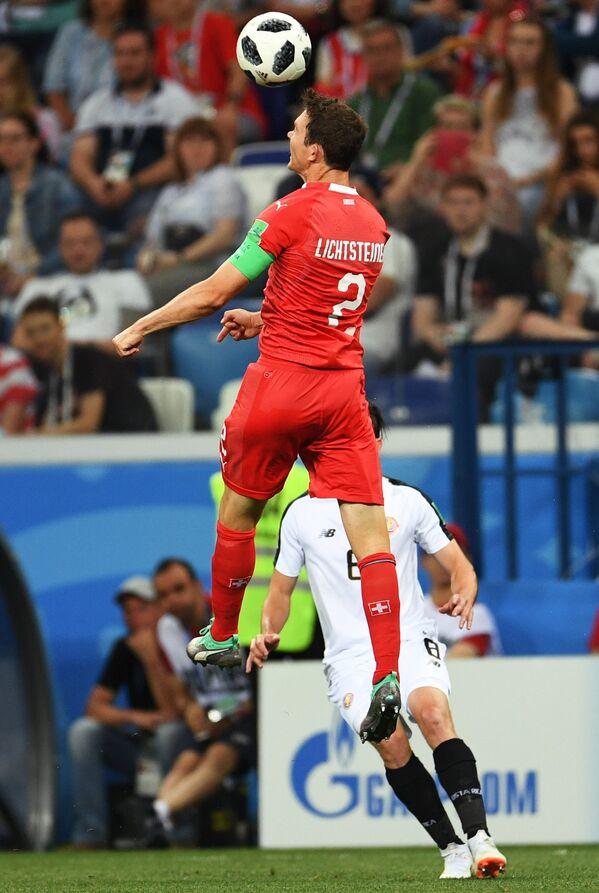 Защитник сборной Швейцарии Стефан Лихтштайнер (на первом плане)