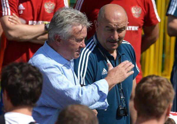 Гус Хиддинк и Станислав Черчесов на тренировке сборной России
