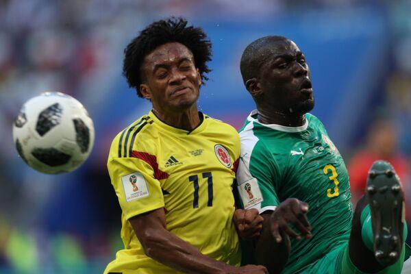 Хавбек сборной Колумбии Хуан Куадрадо и защитник сборной Сенегала Калиду Кулибали (слева направо)