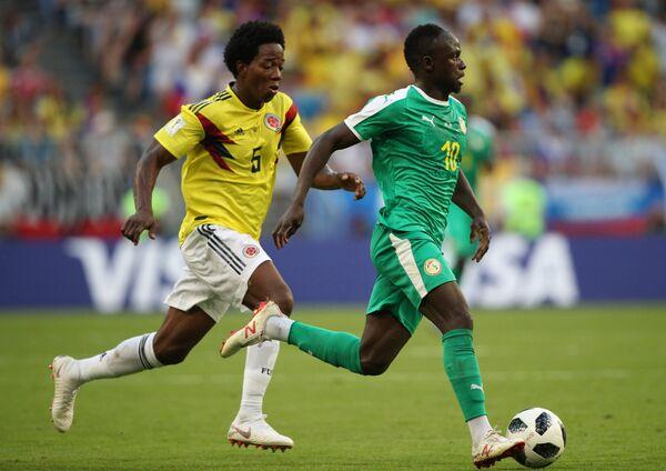 Полузащитник сборной Колумбии Карлос Санчес и форвард сборной Сенегала Садио Мане (слева направо)