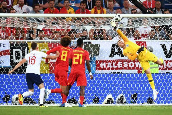 Вратарь сборной Англии Джордан Пикфорд пропускает гол от полузащитника бельгийцев Аднана Янузая