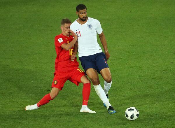 Хавбек сборной Бельгии Торган Азар и полузащитник сборной Англии Рубен Лофтус-Чик (слева направо)