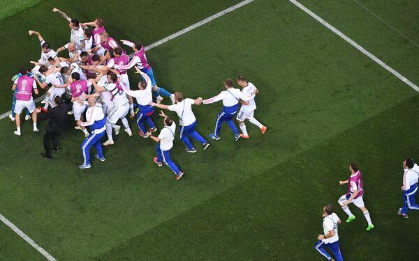 Игроки сборной России радуются победе над Испанией