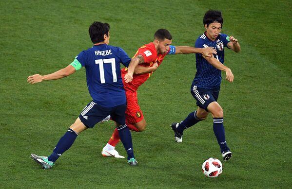 Японский хавбек Макото Хасэбэ, бельгийский полузащитник Эден Азар и футболист японцев Гаку Сибасаки (Слева направо)