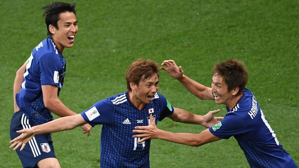 Футболисты сборной Японии Макото Хасэбэ, Такаси Инуи и Гэнки Харагути (слева направо)