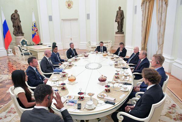 Президент РФ В. Путин встретился с легендами мирового футбола