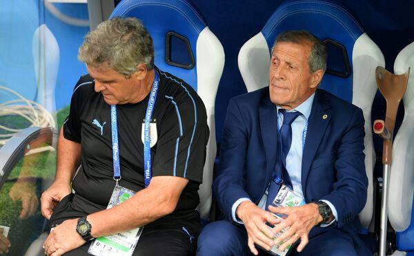 Главный тренер сборной Уругвая Оскар Табарес (справа)