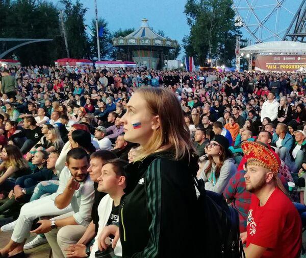Болельщики смотрят матч Россия - Хорватия в Хабаровске
