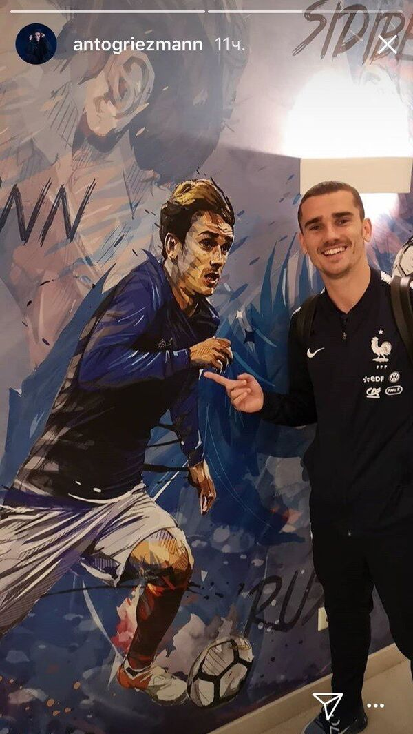 Антуан Гризманн со своим портретом на базе сборной Франции