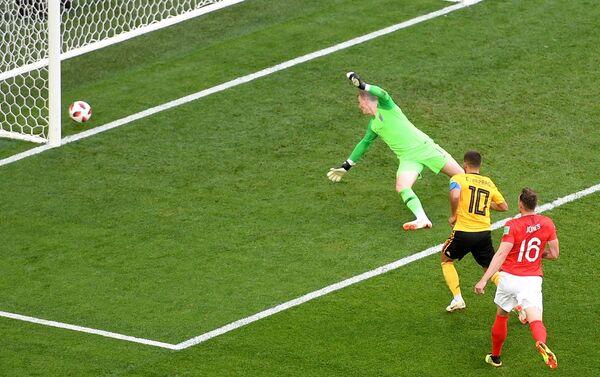 Эден Азар забивает гол в ворота Джордана Пикфорда