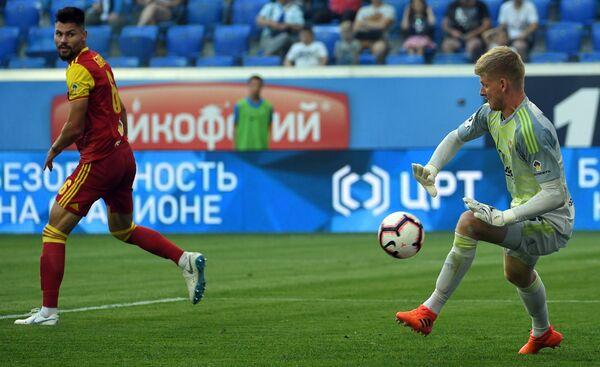 Вратарь тульского Арсенала Михаил Левашов (справа) и защитник Арсенала Максим Беляев