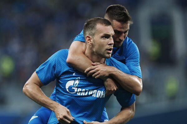 Форвард Зенит Артём Дзюба (слева) радуется забитому голу