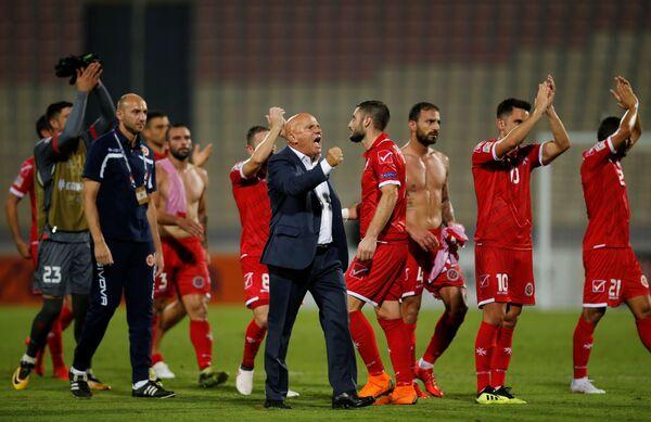 Главный тренер и футболисты сборной Мальты