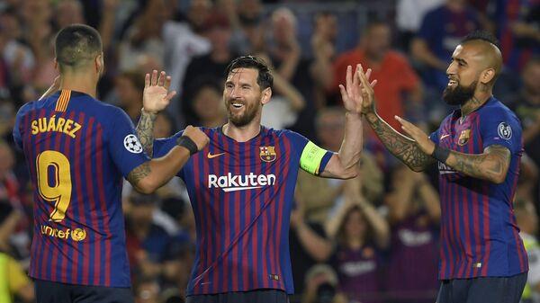 Футболисты Барселоны Луис Суарес, Лионель Месси и Артуро Видаль (слева направо)