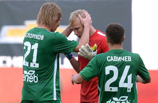 Футболисты Анжи Дмитрий Белоруков, вратарь Юрий Дюпин и Константин Савичев (слева направо) радуются победе