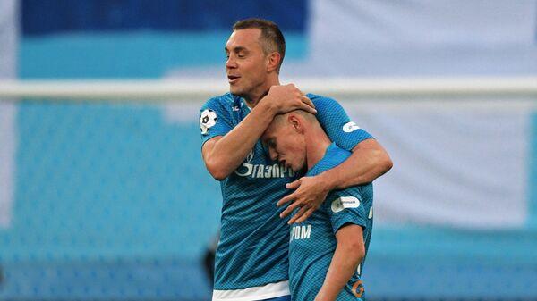 Футболисты Зенита Артём Дзюба (слева) и Олег Шатов радуются забитому голу