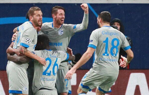 Футболисты Шальке радуются забитому голу