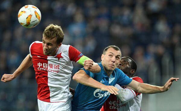 Нападающий Зенита Артем Дзюба в борьбе за мяч с игроками Славии