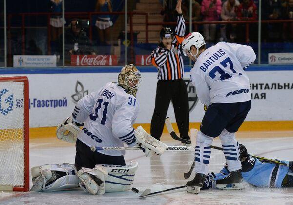 Игроки ХК Адмирал Игорь Бобков и Оскар Бартулис (слева направо)