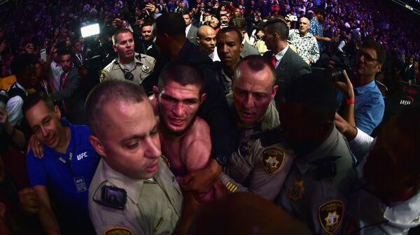 Хабиб Нурмагомедов вступил в стычку с болельщиками в зрительном зале после победы над Конором Макгрегором