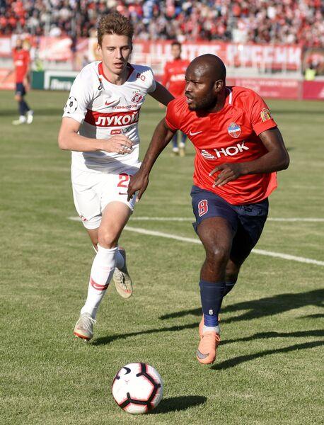 Игрок Енисея Михаил Игнатов (слева) и игрок Спартака Фегор Огуде