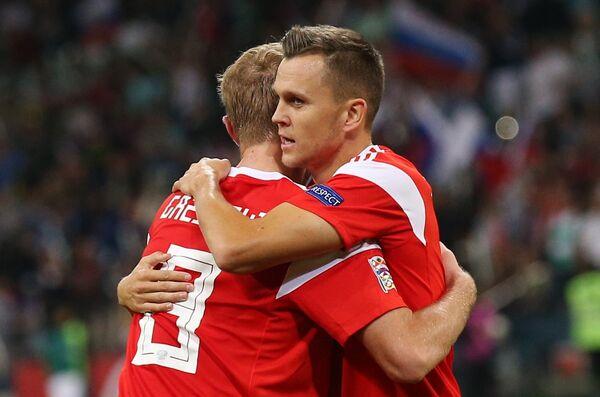 Полузащитники сборной России Юрий Газинский (слева) и Денис Черышев (справа)
