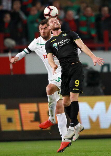 Защитник Локомотива Соломон Кверквелия (слева) и форвард Ростова Бьорн Сигурдарсон