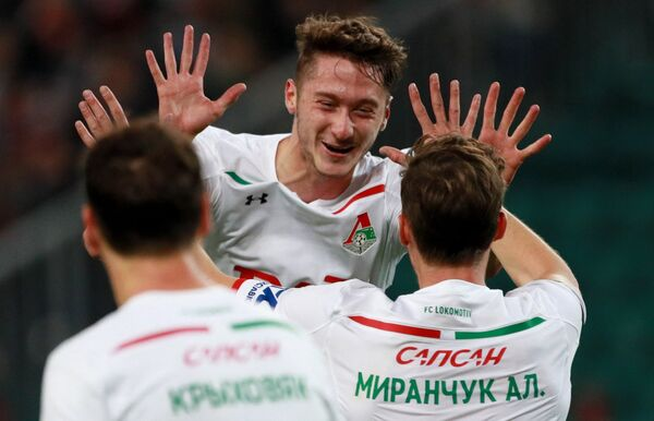 Футболисты Локомотива Алексей Миранчук (справа) и Антон Миранчук радуются забитому голу