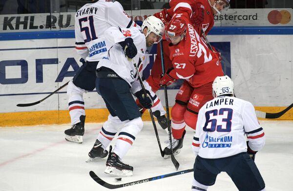 Игровой эпизод. Кайл Чипчура (слева), Вячеслав Лещенко (справа)