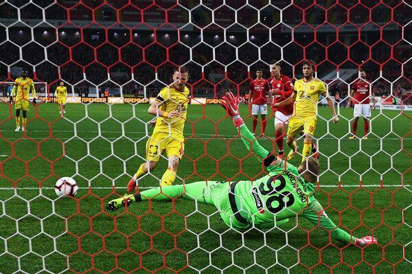 Нападающий Арсенала Огнен Ожегович (слева) забивает гол в ворота Спартака в матче 11-го тура чемпионата России