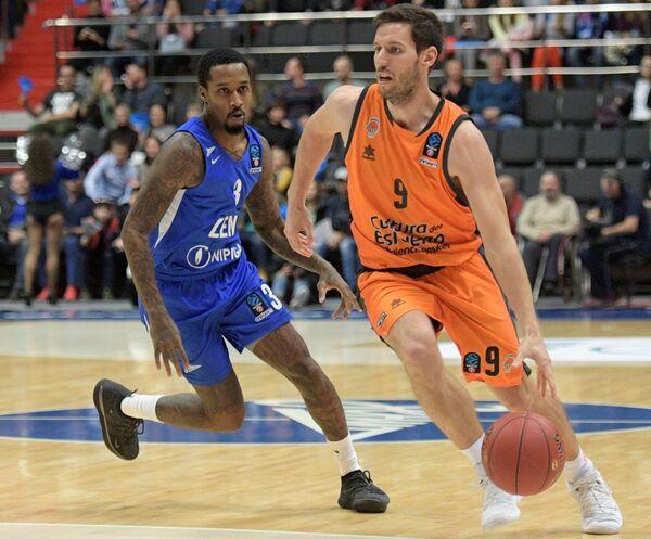 Игрок Зенита Брэндон Дженнингс (слева) и игрок Валенсии Сэм ван Россом