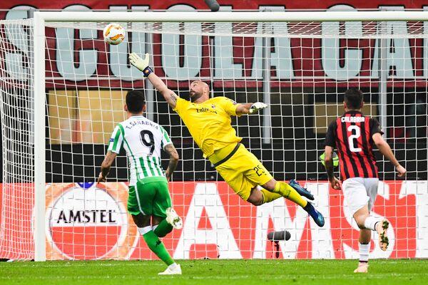 Футболисты Бетиса забивают мяч в ворота Милана