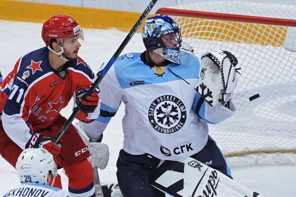 Игрок ПХК ЦСКА Константин Окулов (слева) и вратарь ХК Сибирь Алексей Красиков