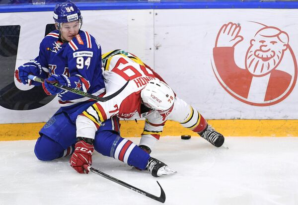 Игрок ХК СКА Александр Барабанов (слева) и игрок ХК Куньлунь Патрик Лунд
