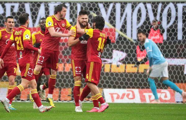 Футболисты Арсенал радуются забитому голу в ворота Локомотива