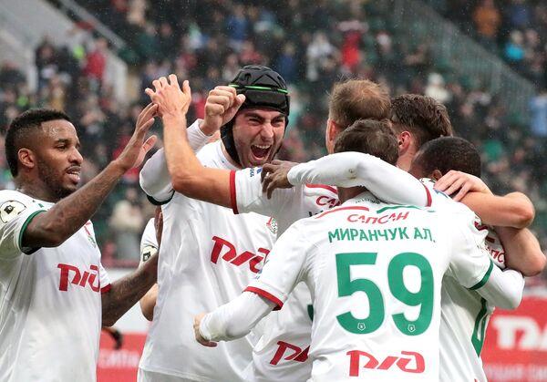 Футболисты Локомотива радуются забитому голу в матче с Арсеналом