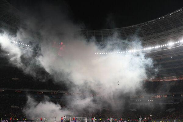 Дым от пиротехники болельщиков во время матча ЦСКА - Рома