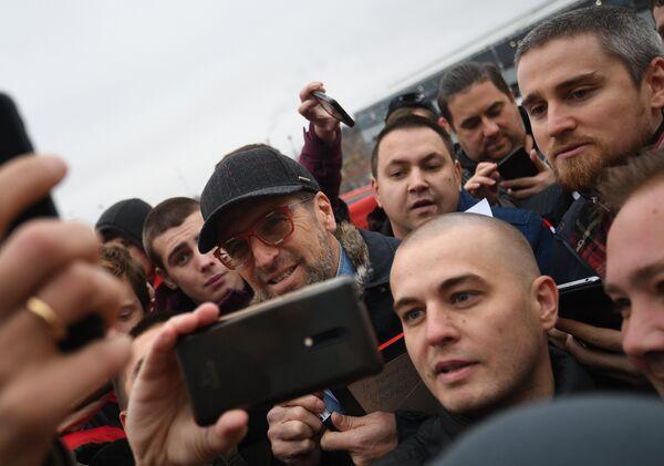 Бывший главный тренер ФК Спартак Массимо Каррера фотографируется с болельщиками в аэропорту Шереметьево в Москве