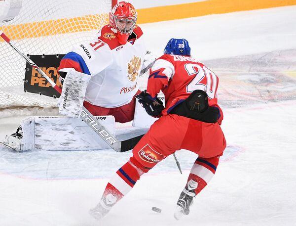 Вратарь сборной России Илья Сорокин (слева) и форвард сборной Чехии Гинек Зогорна