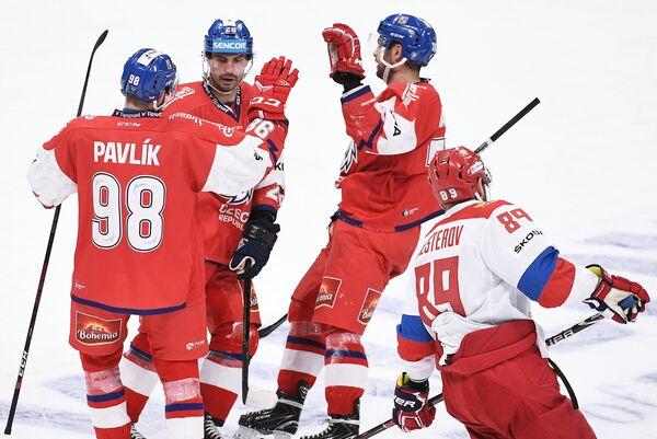 Хоккеисты сборной Чехии радуются заброшенной шайбе в ворота сборной России