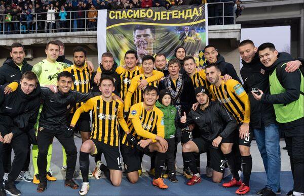 Андрей Аршавин с футболистами Кайрата после своего прощального матча