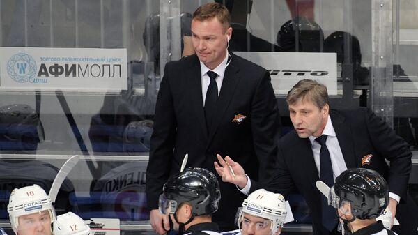 Нападающий Металлурга Сергей Мозякин (слева) и главный тренер Металлурга Йозеф Яндач (справа на втором плане)