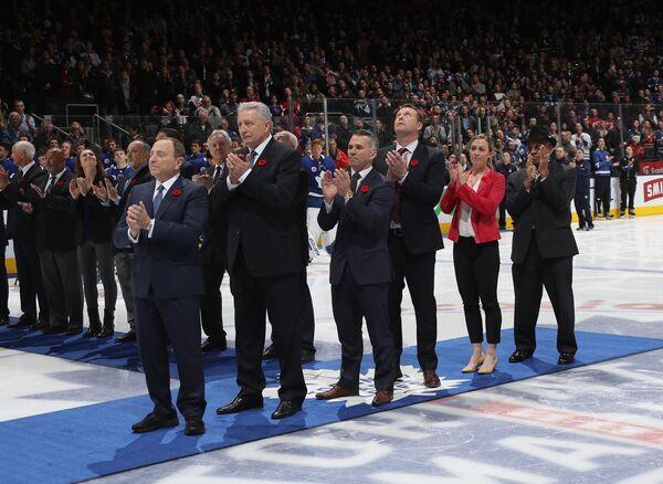 Александр Якушев (второй слева) на церемонии включения в Зал хоккейной славы в Торонто